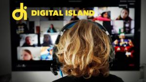 Kvinna vid dator med videokonferens på skärmen. Digital Island logotyp i övre vänstra hörnet.