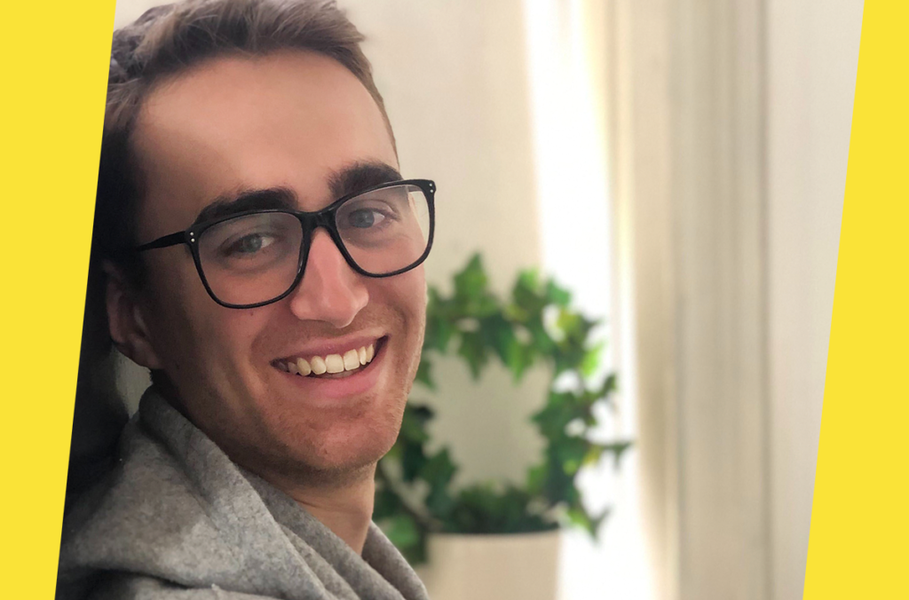 Bild på webbutvecklare med glasögon och skägg